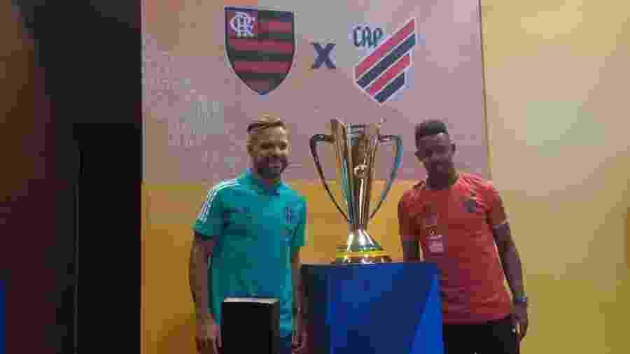 O meia Diego, do Flamengo, e volante Wellington, do Athletico-PR, ao lado da taça da Supercopa do Brasil - Leo Burlá / UOL