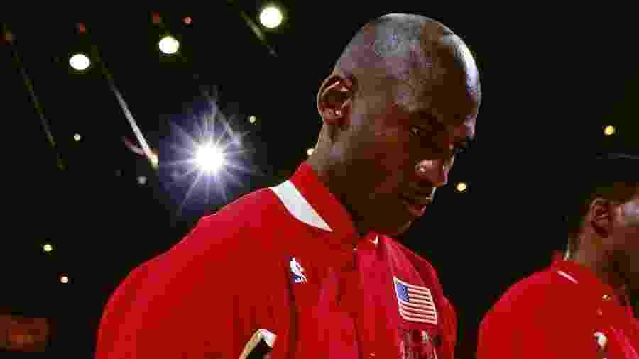 Michael Jordan ouve o hino americano antes das finais da NBA de 1991, entre Bulls e Lakers - Andrew D. Bernstein/NBAE via Getty Images/Divulgação Netflix