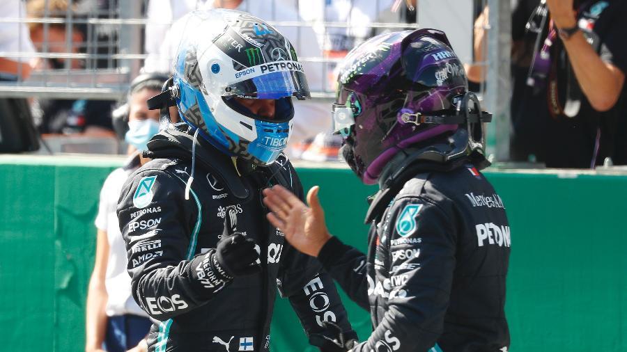Valtteri Bottas cumprimenta Lewis Hamilton após o treino de classificação na Áustria - Leonhard Foeger/Pool via Getty Images
