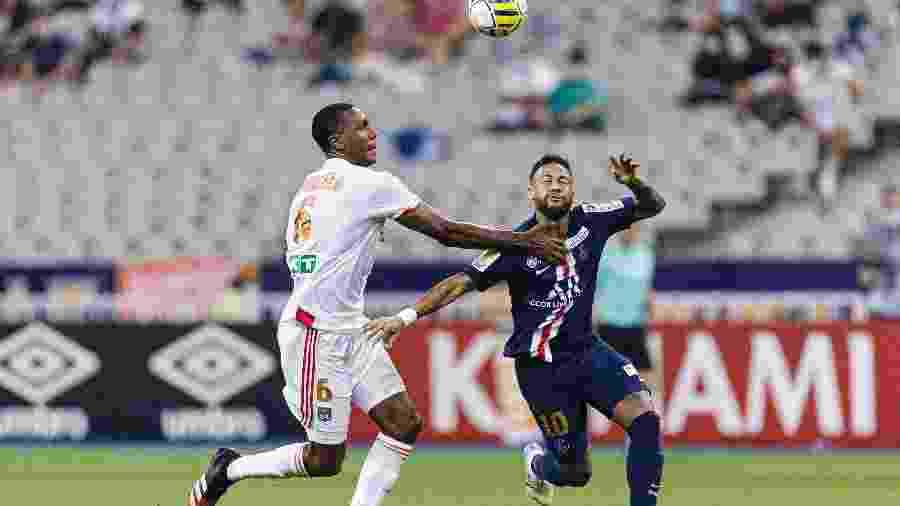 Neymar disputa bola com Marcelo Guedes durante PSG x Lyon, na final da Copa da Liga da França - Ricardo Nogueira/Eurasia Sport Images/Getty Images