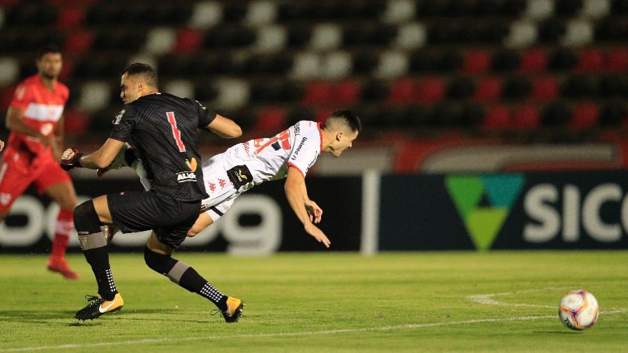 Goleiro Victor Souza, do CRB, foi expulso após falta em Ronald, do Botafogo-SP - Thiago Calil/AGIF