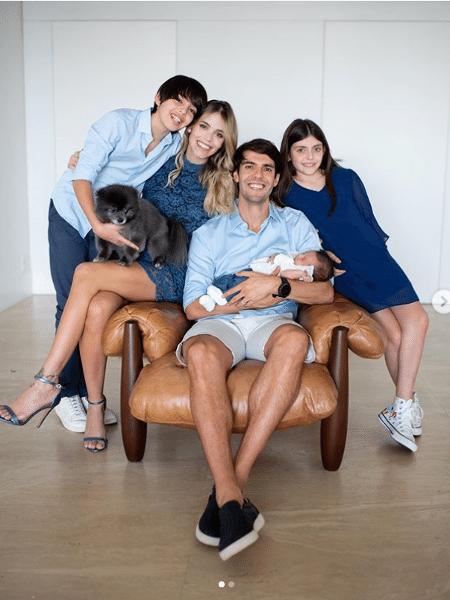 Kaká posa ao lado da mulher, Carol, e dos filhos - Reprodução