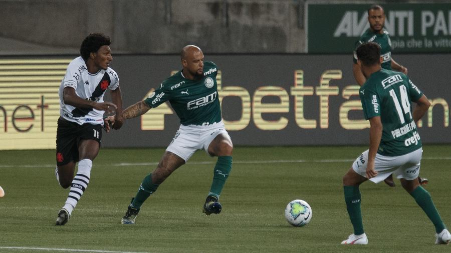 Felipe Melo, do Palmeiras, disputa bola com Talles Magno, do Vasco; clubes se enfrentaram na terça - Ettore Chiereguini/AGIF