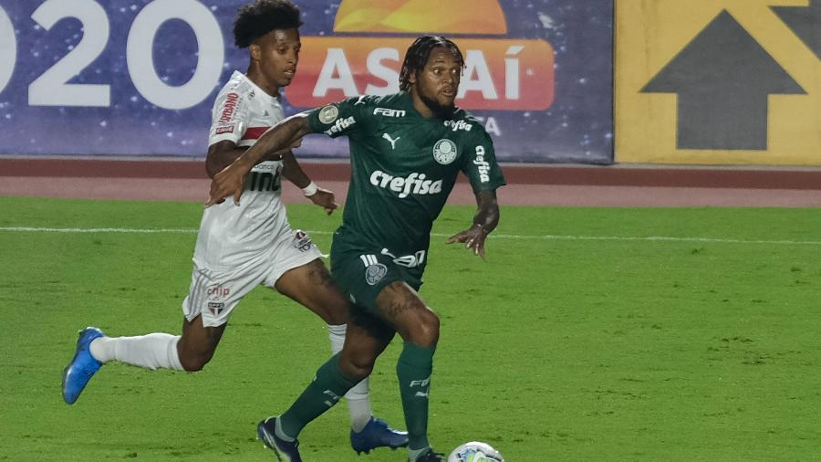 Tchê Tchê (São Paulo) e Luiz Adriano (Palmeiras) durante clássico pelo Campeonato Brasileiro - Marcello Zambrana/AGIF