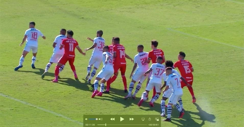 Rodrigo Dourado (segundo de vermelho da direita para a esquerda) foi o autor do polêmico gol do Inter contra o Vasco