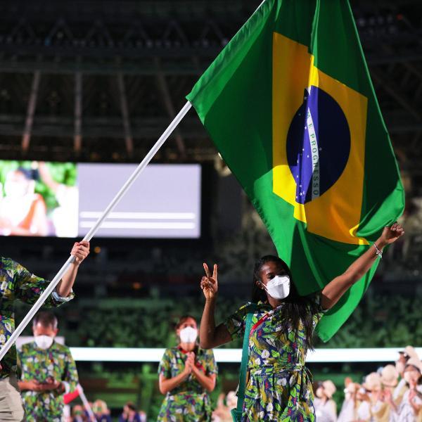Ketleyn Quadros com a bandeira do Brasil na abertura dos Jogos de Tóquio 2020
