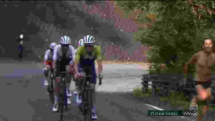 Homem de sunga invade prova de ciclismo nas Olimpíadas de Tóquio - Reprodução/TV Globo - Reprodução/TV Globo