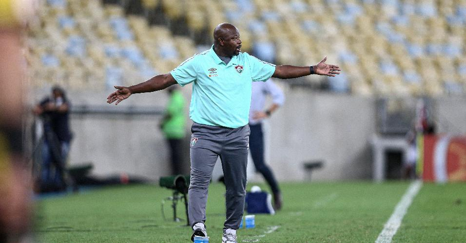 Técnico Marcão orienta a equipe do Fluminense no Maracanã, na partida contra o Fortaleza