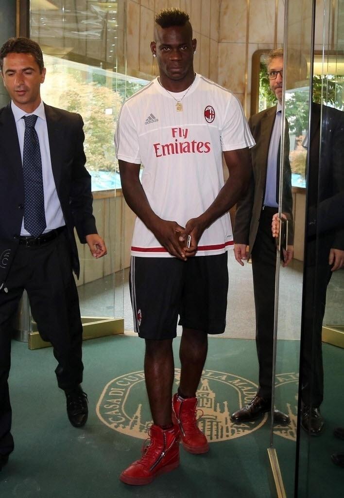 Mario Balotelli chega para assinar com o Milan