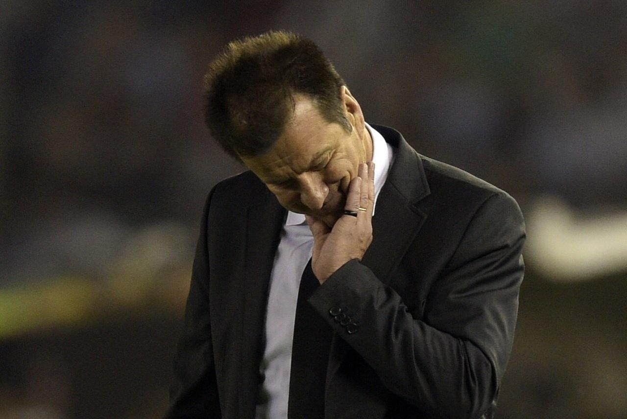 Dunga se lamenta durante o confronto entre Brasil e Argentina pelas Eliminatórias da Copa