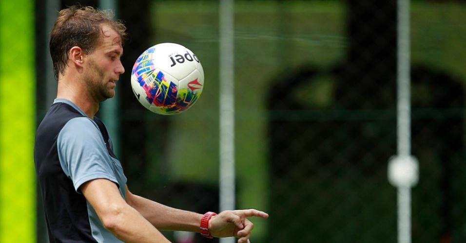 Zagueiro Joel Carli treina pelo Botafogo