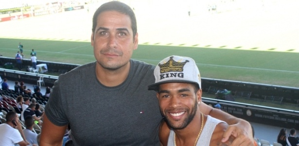 Álvaro Miranda, filho de Eurico, posa ao lado de Alex Teixeira em São Januário
