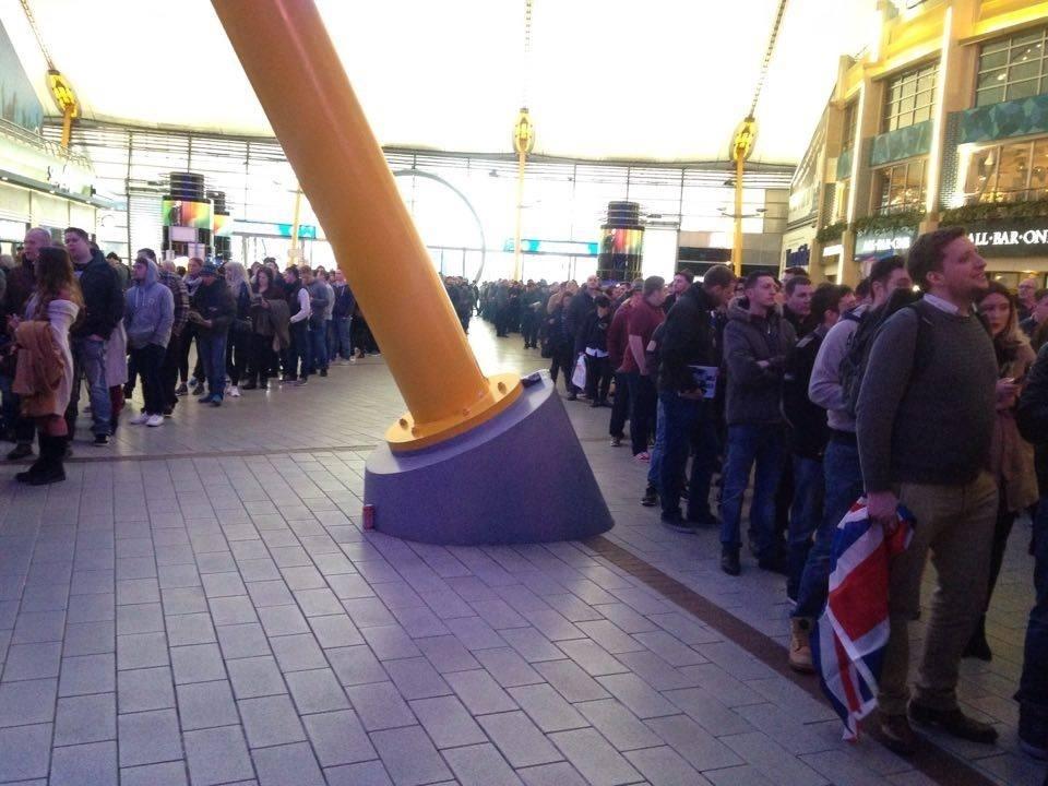Ingleses fazem fila para assistir a Anderson x Bisping no UFC