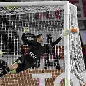 Denis se estica para defender chute do River Plate - JUAN MABROMATA/AFP