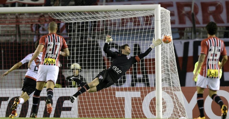 Denis se estica para defender chute do River Plate