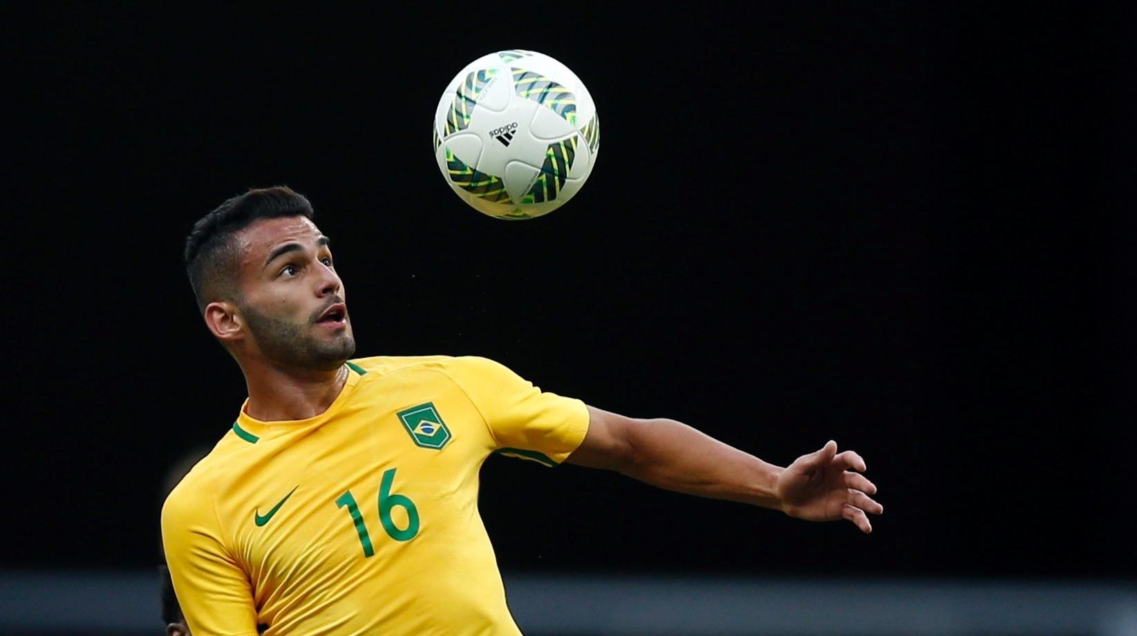 Thiago Maia sobe para cabecear a bola na estreia da seleção brasileira na Olimpíada