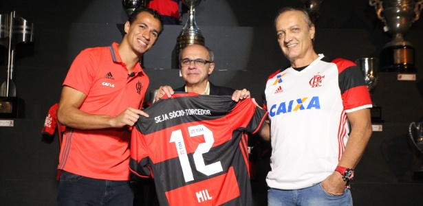 Damião recebe homenagem por ter feito o gol 12 mil da história do Flamengo