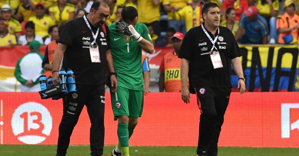 Chileno Claudio Bravo sente dores e deixa a partida entre Colômbia e Chile