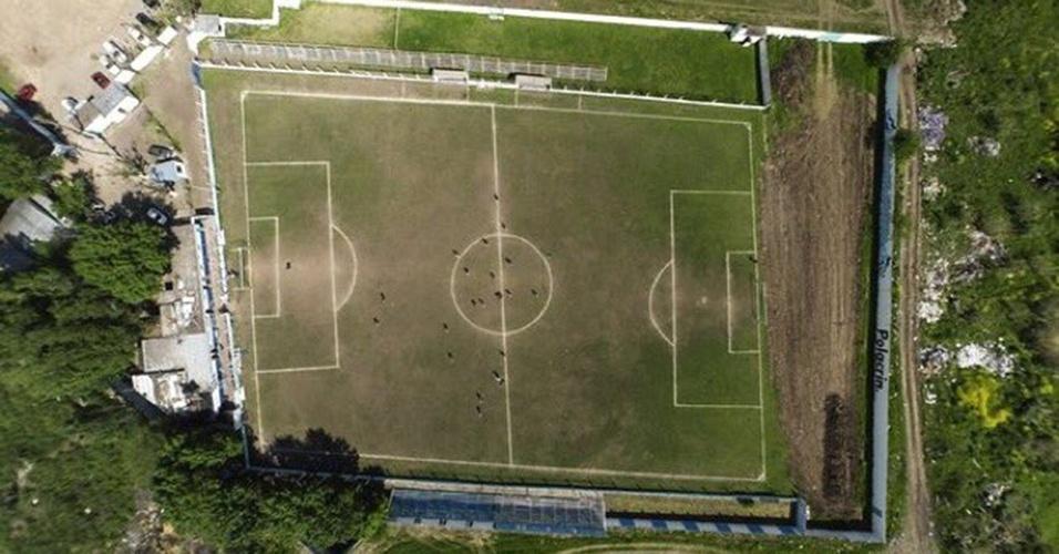 O Deportivo Liniers, de Buenos Aires, jogou neste campo torto por 30 anos até que a AFA mandou consertar