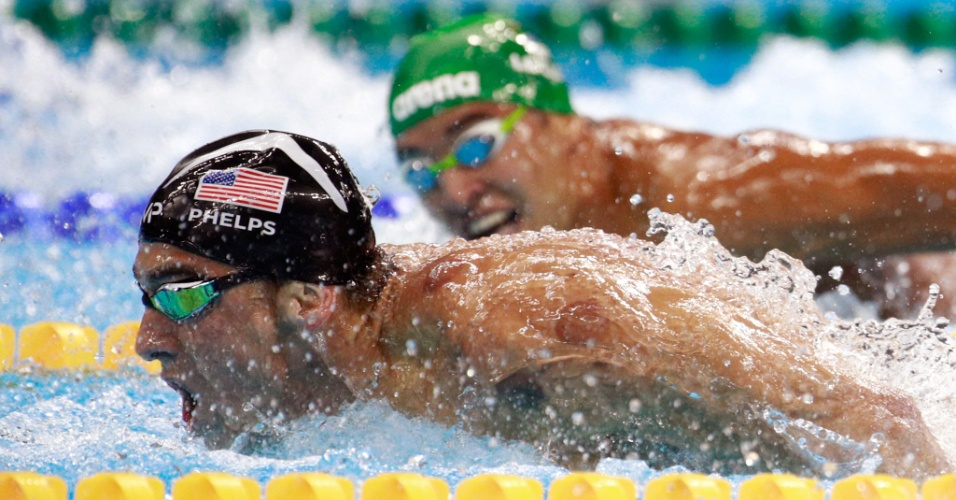 Ched Le Clos olha para MIchael Phelps na final dos 200m borboleta da Rio 2016