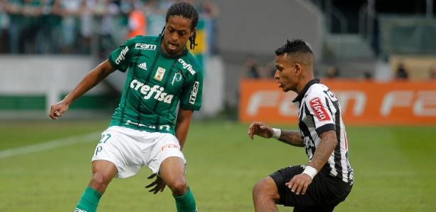 Keno encara a marcação de Otero em jogo entre Palmeiras e Atlético-MG