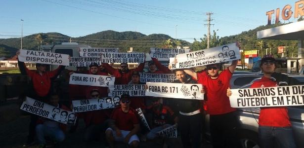 Torcedores do Flamengo protestam durante a chegada do Flamengo em Florianópolis