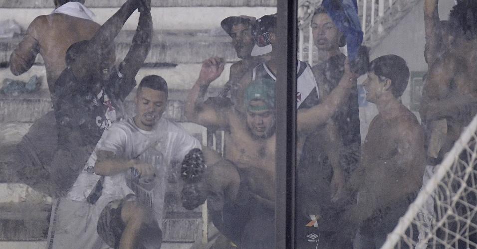 Torcedores do Vasco tentam quebrar o vidro de proteção de São Januário