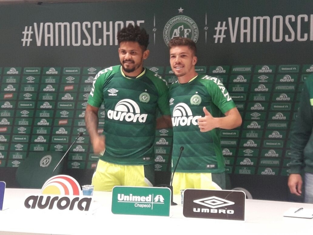 1aed36f643 Chapecoense apresenta Roberto e Julio César e fala em projeto a longo prazo  - 01/08/2017 - UOL Esporte