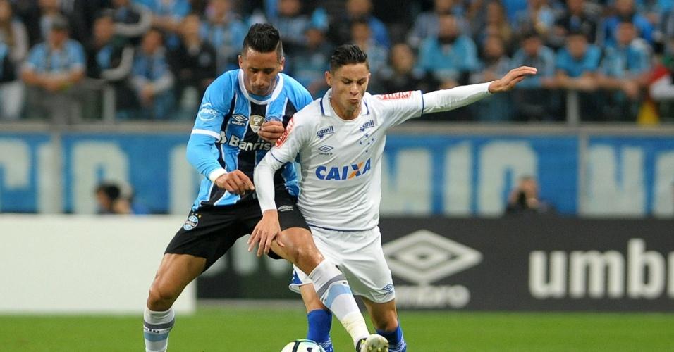 Lucas Barrios, do Grêmio, disputa lance com Diego Barbosa, do Cruzeiro, em jogo pela Copa do Brasil