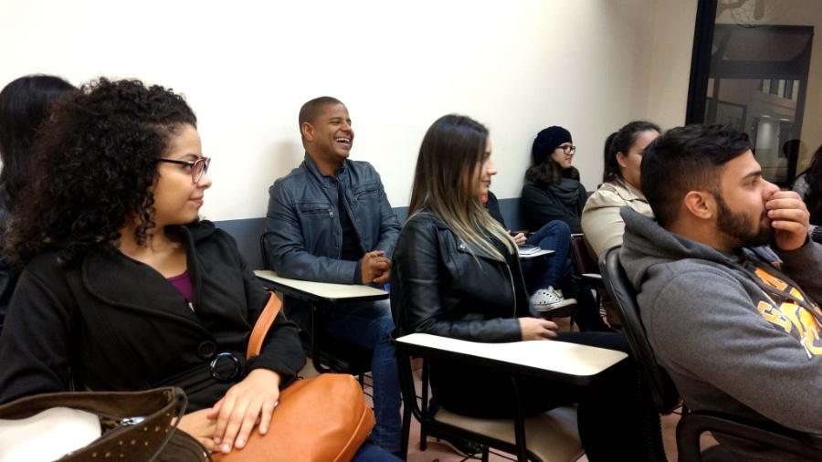 Marcelinho Carioca com colegas na faculdade de jornalismo, em São Paulo  - Adriano Wilkson/UOL