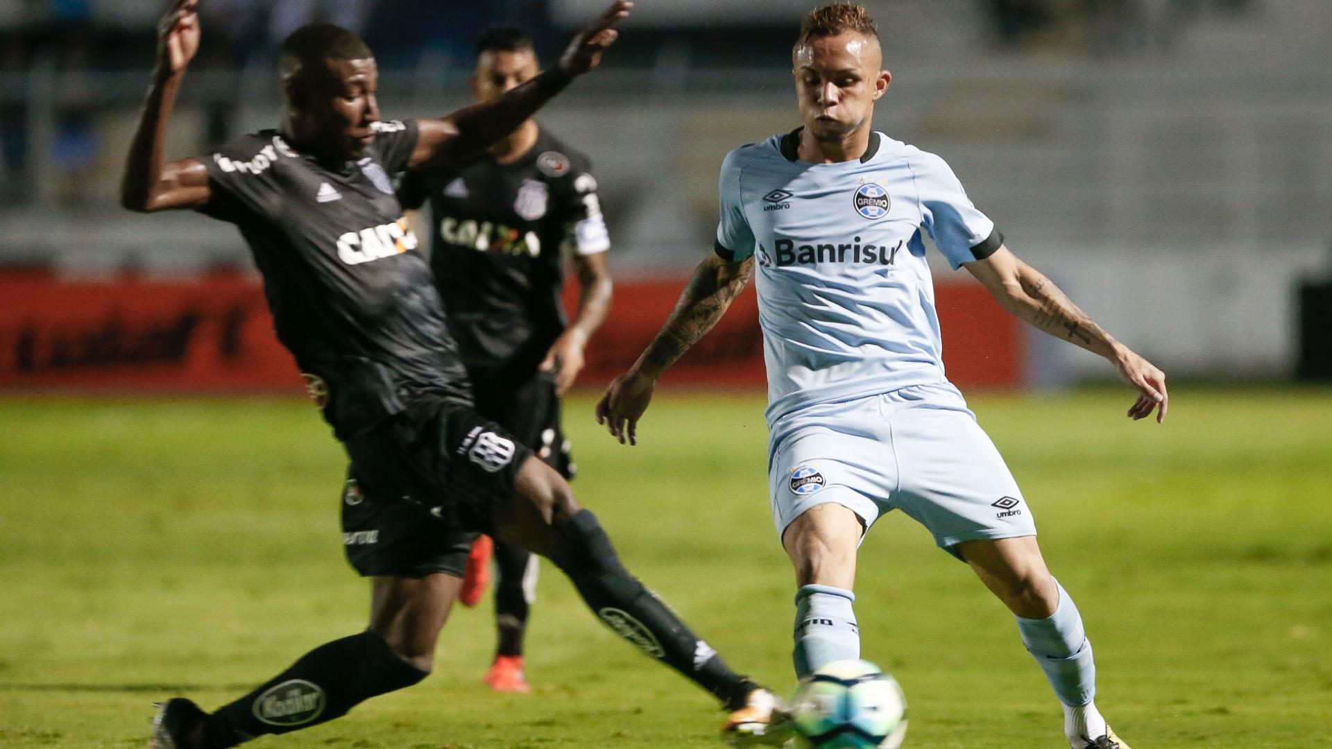 Everton e Emerson disputam lance em Ponte Preta x Grêmio