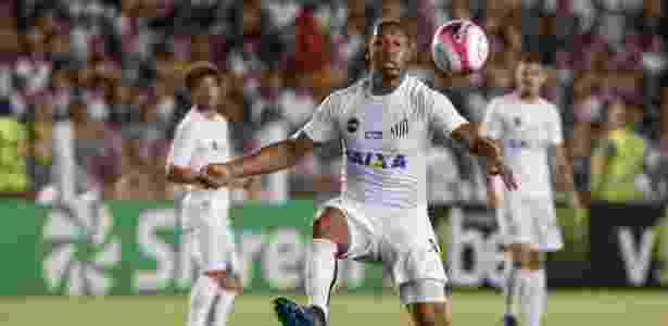 Rodrigão ajeita bola durante Santos x Bragantino em jogo da Vila Belmiro - Marcello Zambrana/AGIF - Marcello Zambrana/AGIF