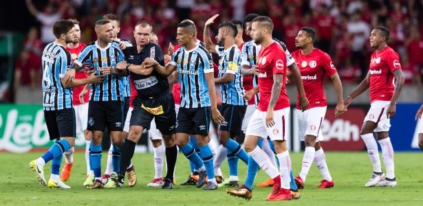 Árbitro Leandro Vuaden aparta Luan após princípio de confusão durante clássico entre Internacional e Grêmio - Jeferson Guareze/AGIF