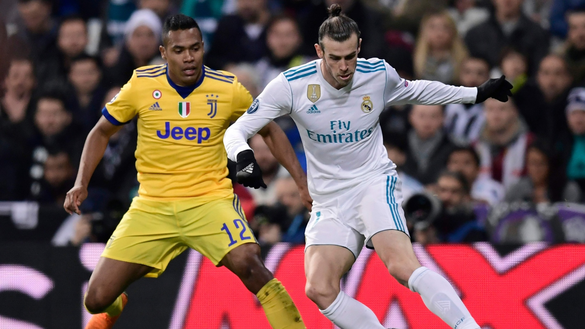 Gareth Bale tenta passar pela marcação de Alex Sandro, durante a partida entre Juventus e Real Madrid