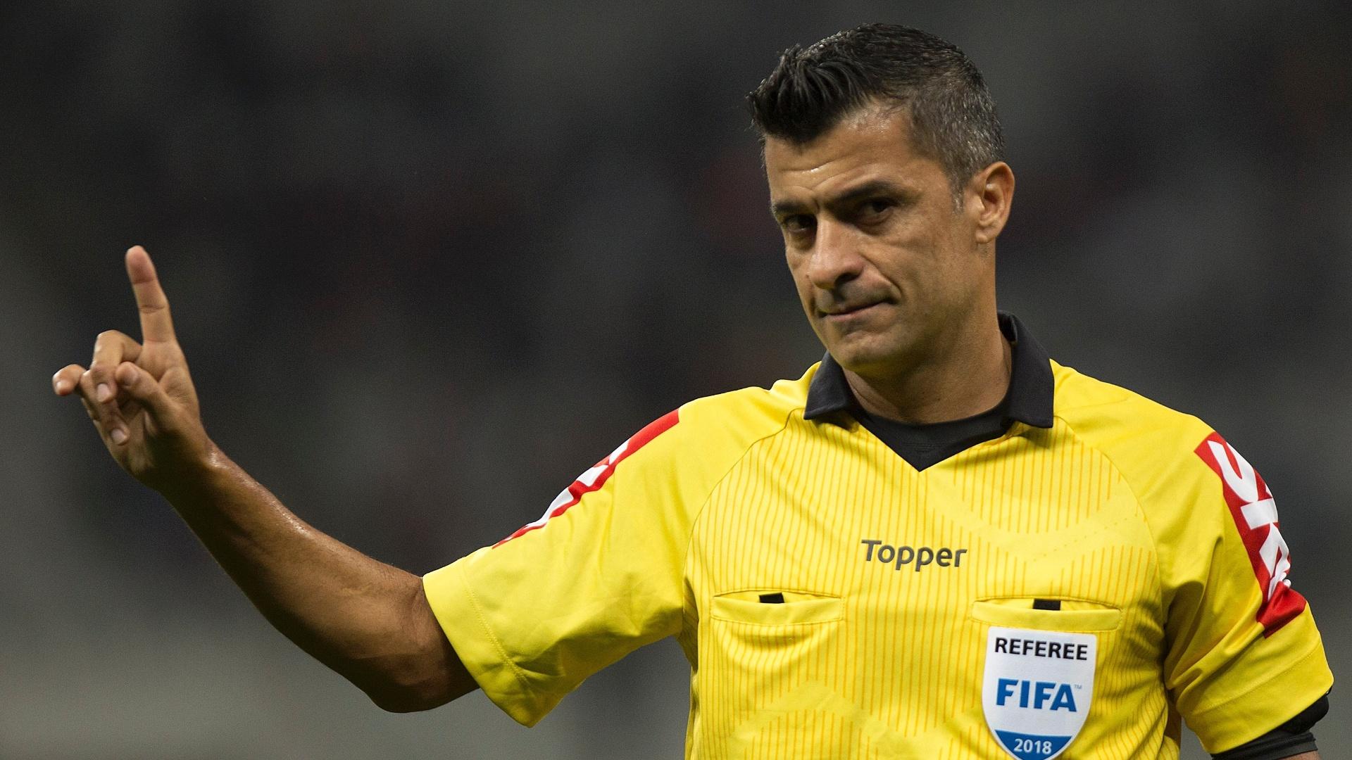 O árbitro Sandro Meira Ricci durante jogo entre Corinthians e Vitória