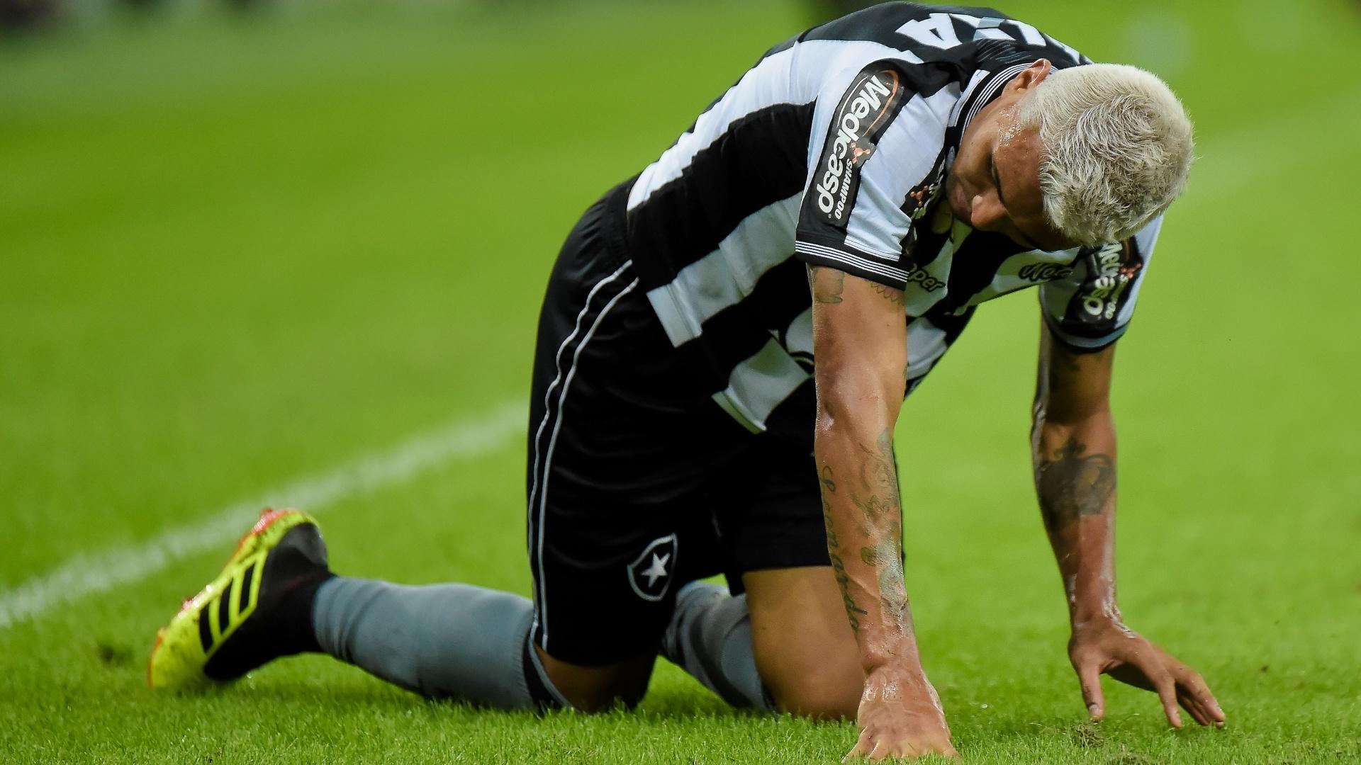 Kieza fica no chão durante a partida entre Botafogo e Flamengo