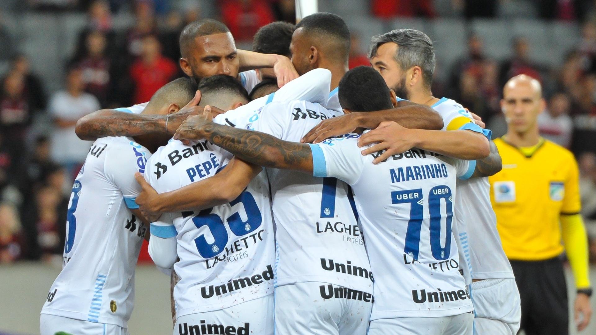 Jogadores do Grêmio comemoram gol de Cícero diante do Atlético-PR pelo Campeonato Brasileiro 2018