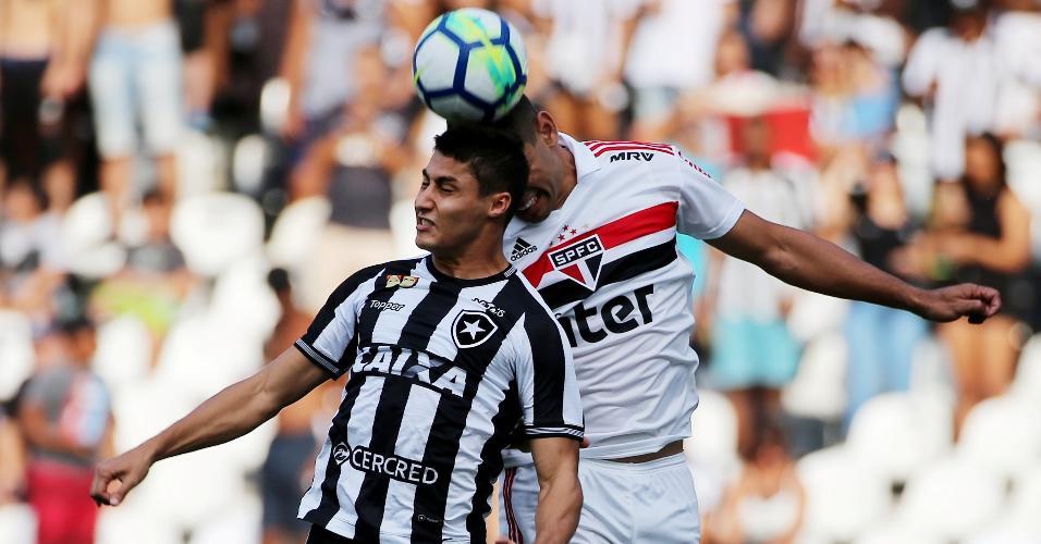 Marcinho e Diego Souza disputam a bola pelo alto no jogo entre Botafogo e São Paulo