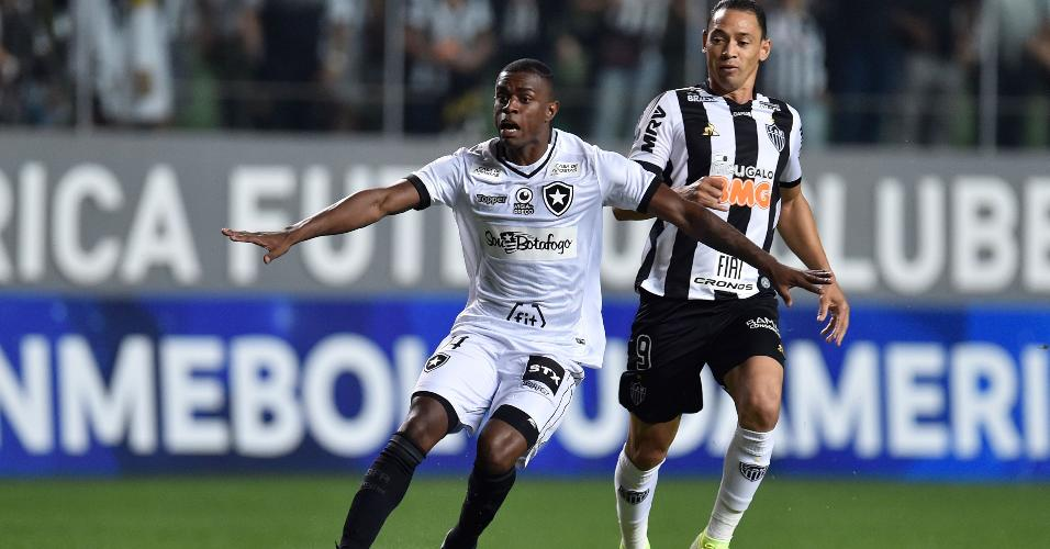 Ricardo Oliveira, do Atlético-MG, em lance com Marcelo Benevenuto, do Botafogo, pela Copa Sul-Americana