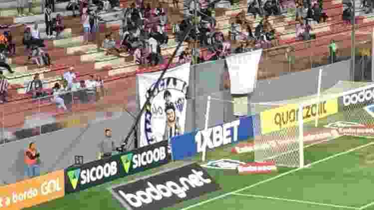 Torcida do Atlético-MG faz bandeira em homenagem a Luciano Oliveira - Enrico Bruno/UOL Esporte