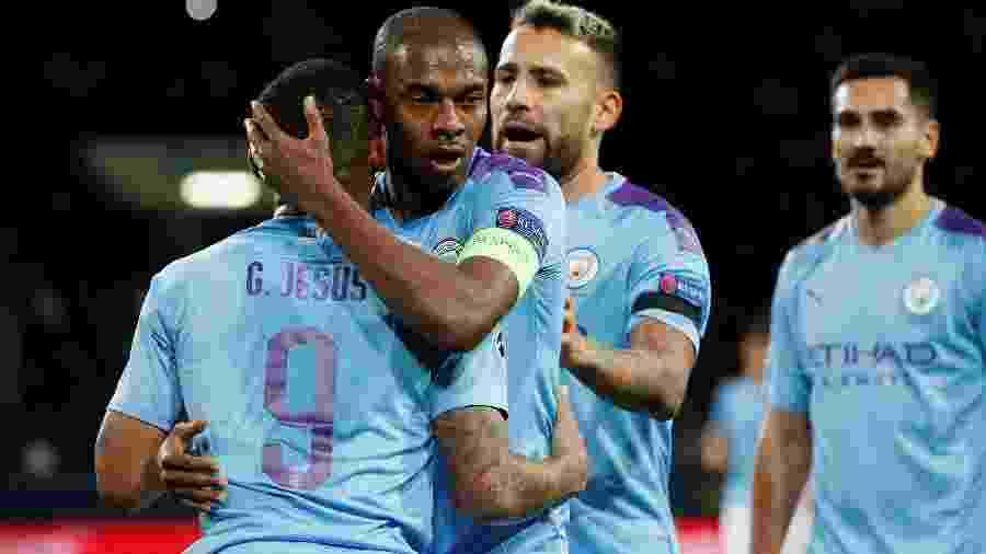 Fernandinho abraça Gabriel Jesus durante jogo entre Manchester City e  Shakhtar Donetsk - REUTERS/Gleb Garanich