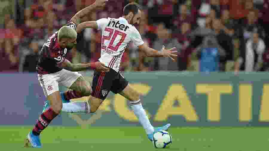 Gabriel Barbosa, jogador do Flamengo, disputa lance com Juanfran, do Sao Paulo, durante partida pelo Campeonato Brasileiro - Thiago Ribeiro/AGIF