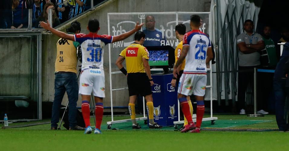 Revisão pelo árbitro na partida entre Grêmio e Bahia pelo campeonato Brasileiro