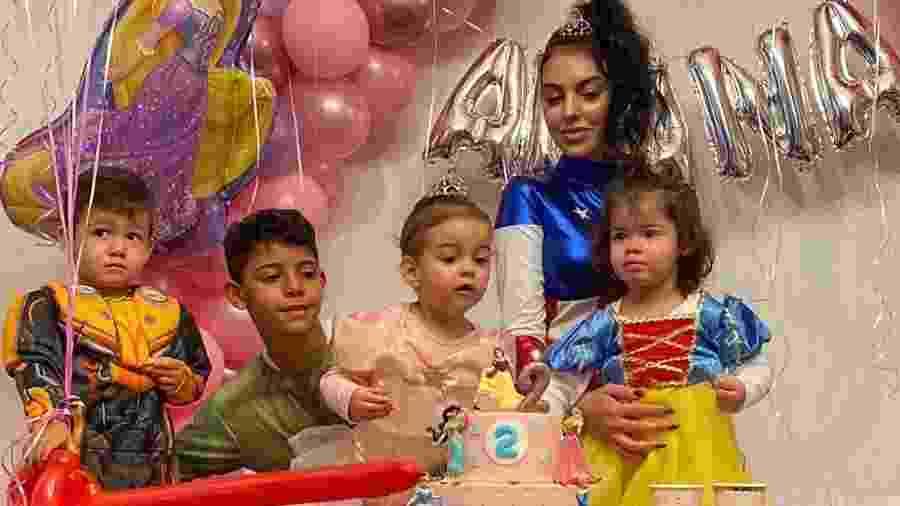 Família de Cristiano Ronaldo: Mateo, 2 anos, Cristiano Jr., 9 anos, Alana, 2 anos, a noiva de Cristiano e mãe de Alana, Georgina Rodríguez, e Eva, 2  anos - Reprodução/ Instagram