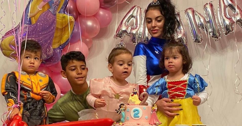 Família de Cristiano Ronaldo: Mateo, 2 anos, Cristiano Jr., 9 anos, Alana, 1 ano, a noiva de Cristiano e mãe de Alana, Georgina Rodríguez, e Eva, 2 anos