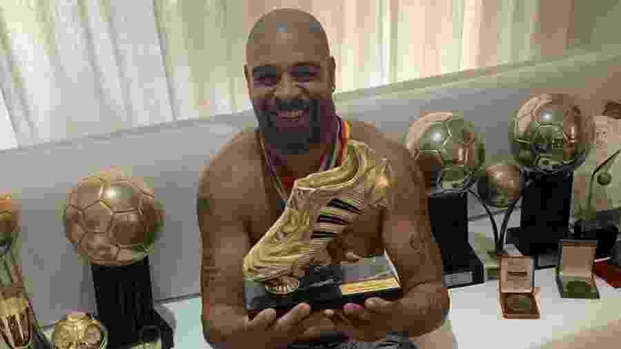 Adriano Imperador e sua coleção de troféus e medalhas - Reprodução/ Instagram