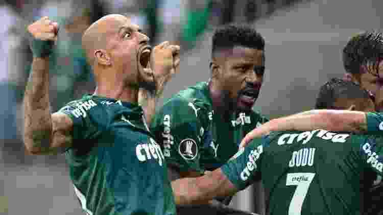 Felipe Melo e Ramires comemoram com Luiz Adriano um dos gols do Palmeiras sobre o Guaraní - Bruno Ulivieri/AGIF - Bruno Ulivieri/AGIF