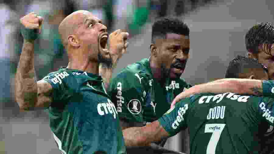 Felipe Melo e Ramires comemoram com Luiz Adriano um dos gols do Palmeiras sobre o Guaraní - Bruno Ulivieri/AGIF