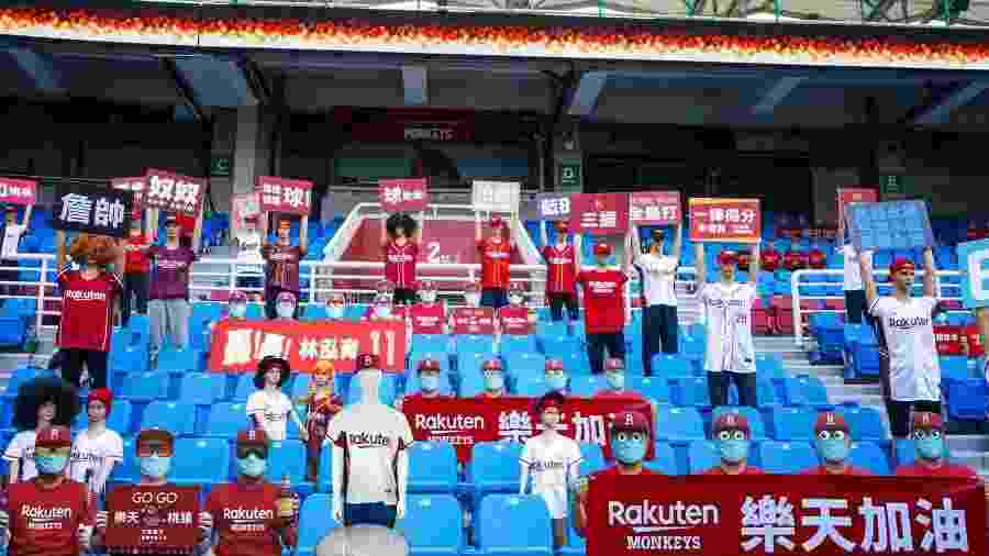 Estádio do Rakuten Monkeys com manequins - Divulgação