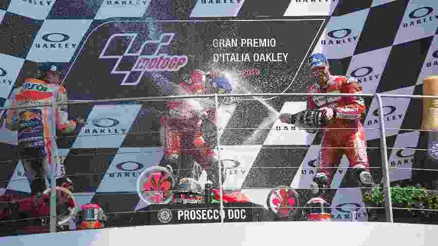 Marc Márquez, Danilo Petrucci e Andrea Dovizioso em pódio da etapa da Itália da MotoGP em 2019 - Mirco Lazzari gp/Getty Images